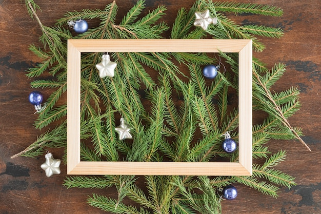 コピースペース、上からの眺めと木製の背景にクリスマスモミの木の枝の平らな敷設。テキストの場所とモミの枝の木製フレーム