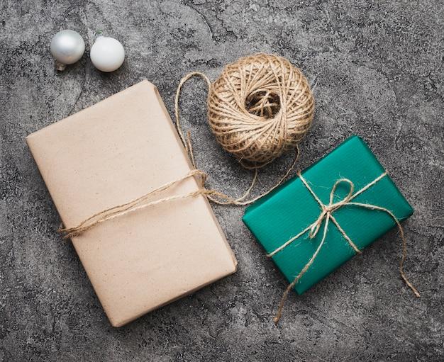 Плоский набор рождественских подарков на фоне мрамора