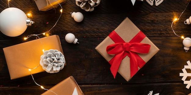 木製のテーブルにクリスマスプレゼントのフラットレイ