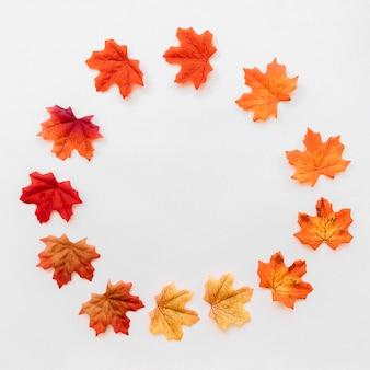丸い秋の葉のフラットなレイアウト