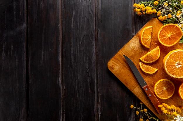 コピースペースと柑橘類のスライスのフラットレイアウト