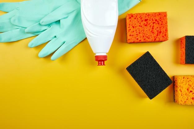 Плоский набор для чистки для мытья посуды, концепция обслуживания моющих средств, вид сверху.