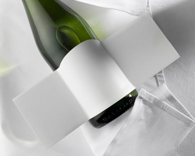 Плоская планировка прозрачной винной бутылки с пустой этикеткой