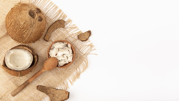 コピースペースと黄麻布のココナッツのフラットレイアウト