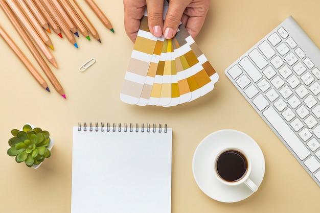 노트북 및 색연필로 집 개조를위한 색상 팔레트의 평면 배치