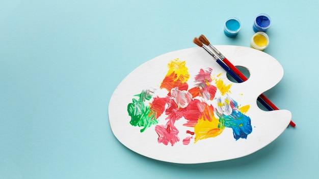 Плоская планировка красочной палитры красок с копией пространства