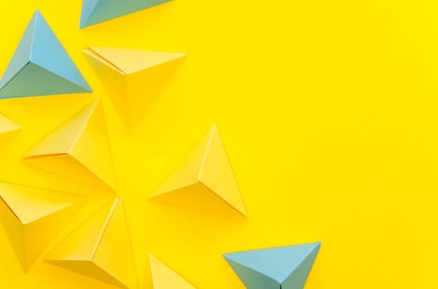 Плоская планировка красочных бумажных пирамид с копией пространства