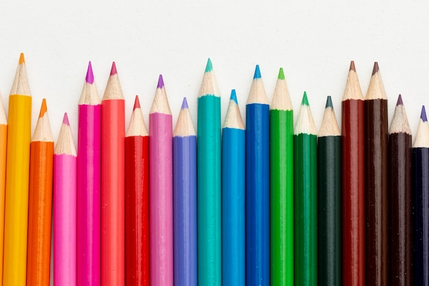 カラフルな鉛筆の配置のフラットレイアウト 無料写真