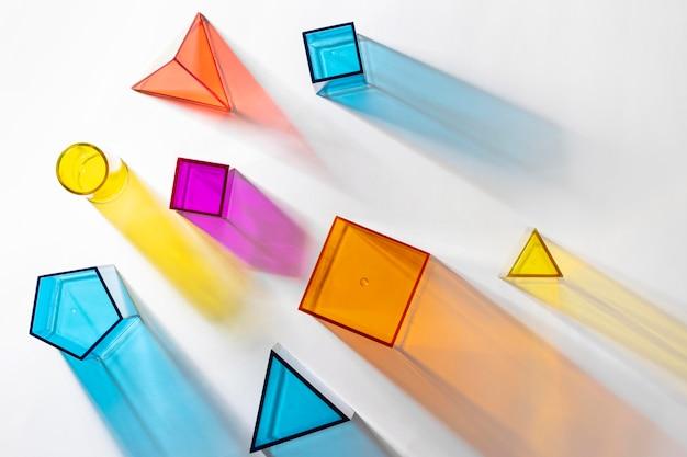カラフルな半透明の幾何学的形状のフラットレイ