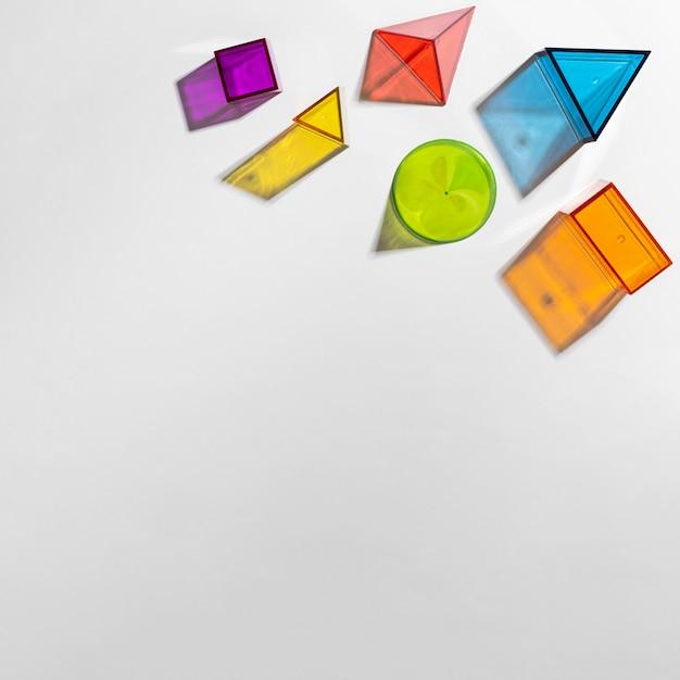 コピースペースのあるカラフルな半透明の形のフラットレイ