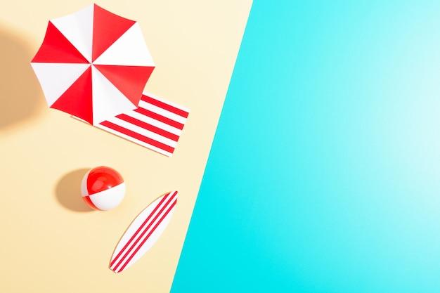 해변에 화려한 우산의 플랫 누워