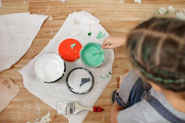 Плоская планировка красящего средства для улучшения дома, обслуживания и ремонта, семейного образа жизни.