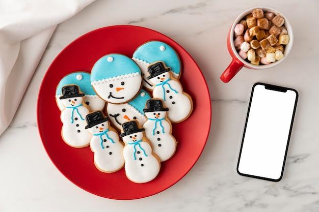 雪だるまの形のコンセプトでクッキーのフラットレイ