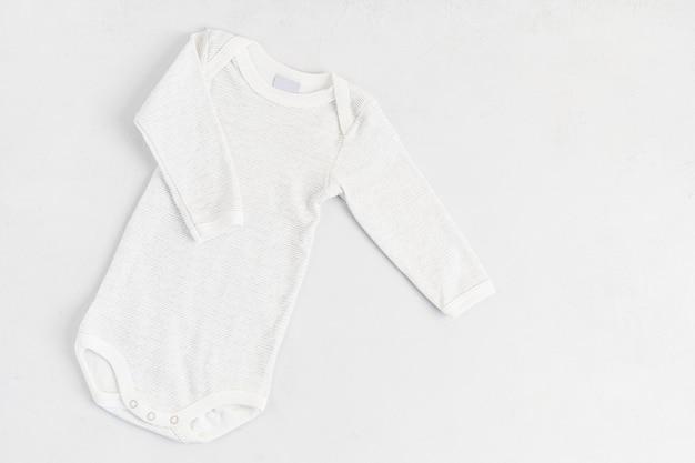 孤立したかわいい新生児服のフラットレイ