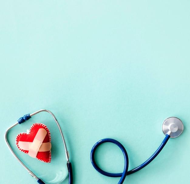 聴診器とコピースペースで破損したハートのフラットレイアウト
