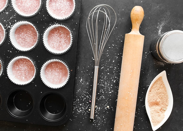 おいしいカップケーキのコンセプトのフラットレイ