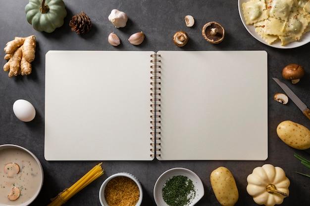コピースペースとおいしい料理のコンセプトのフラットレイ