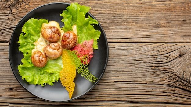 나무 테이블에 맛있는 음식의 평면 배치