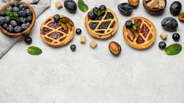 Плоская планировка вкусных фруктовых пирогов с копией пространства