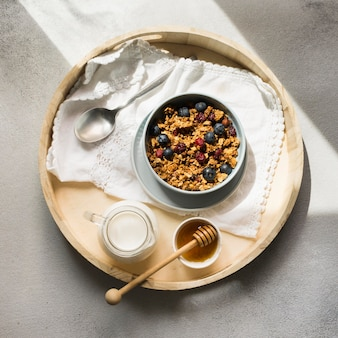 Плоская планировка вкусных мюсли в миске