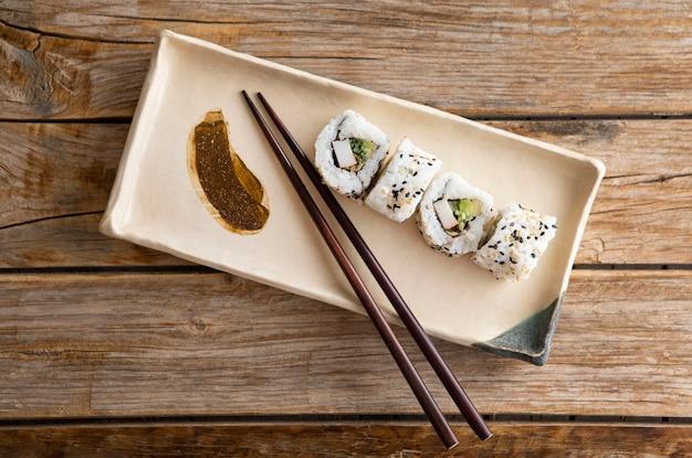 Плоская планировка вкусных суши с копией пространства