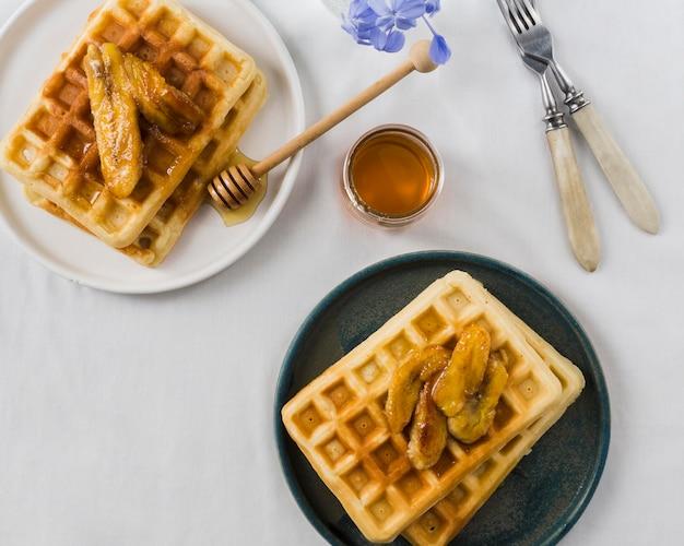 おいしいワッファーの朝食のフラットレイ