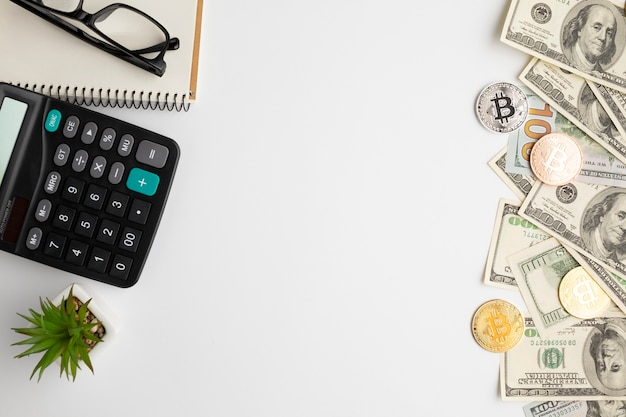 Плоская раскладка стола с финансовыми инструментами Premium Фотографии