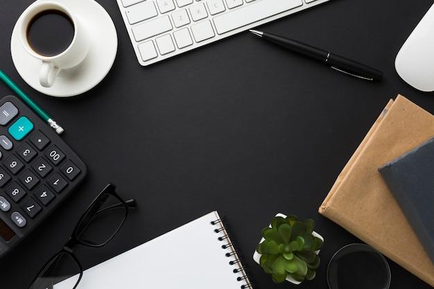 Плоская планировка рабочего стола с калькулятором и суккулентом