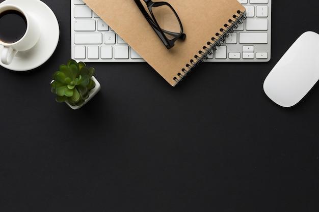 Плоская планировка рабочего стола с кофейной чашкой и сочными
