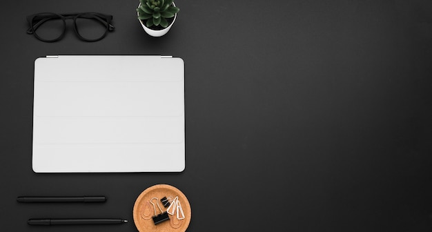 Плоская планировка рабочего стола с очками и копией пространства