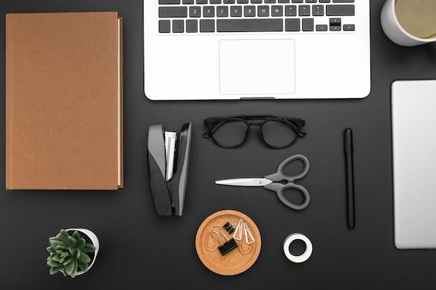 Плоская планировка рабочего стола с ноутбуком и ножницами