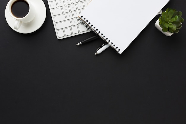 Плоская планировка рабочего стола с блокнотом и сочными