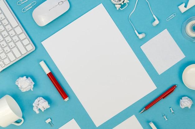 Плоская планировка рабочего стола с бумагой и ручками