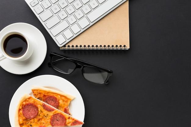 Плоская планировка рабочего стола с пиццей и клавиатурой