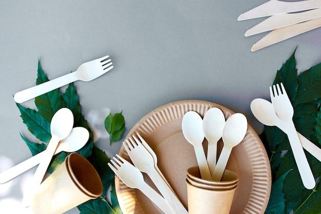 エコクラフト紙と木製食器のフラットレイ、廃棄物ゼロ、プラスチックフリーで環境に優しい生活、紙コップ、皿、皿、木製カトラリーリサイクルまたは環境に優しいコンセプト