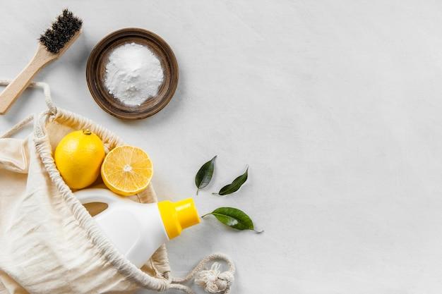 베이킹 소다와 레몬으로 친환경 청소 제품 컬렉션의 평평한 누워