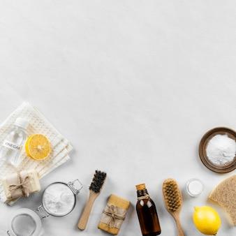 브러시와 베이킹 소다로 친환경 청소 제품 컬렉션의 평평한 배치