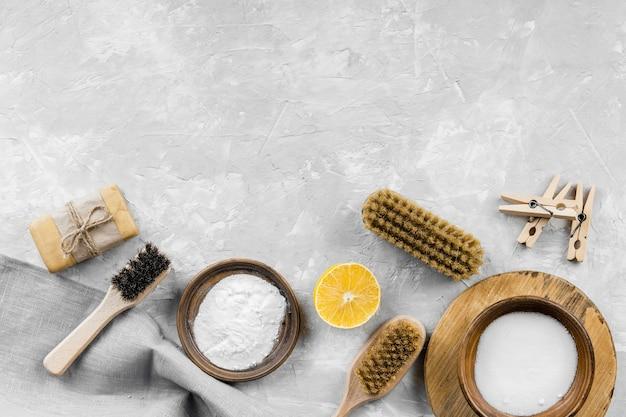 Плоский набор экологически чистых чистящих средств с пищевой содой и копией пространства