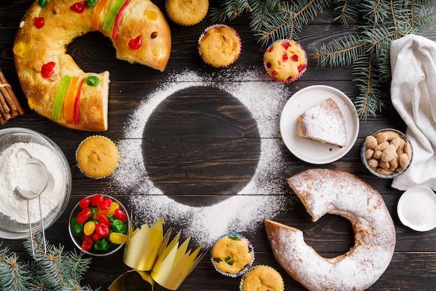 小麦粉とトウヒの木とエピファニーの日のデザートのフラットレイ