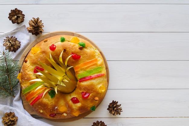 Плоская планировка десерта к богоявленскому дню с сосновыми шишками и копией пространства
