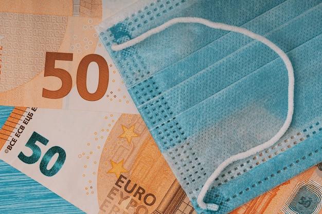 Плоская планировка маски для лица и банкнот евро