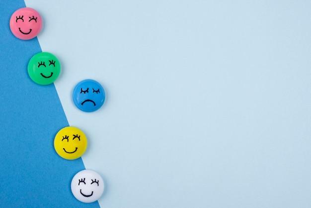 Плоская планировка лиц с грустными и счастливыми эмоциями для синего понедельника с копией пространства