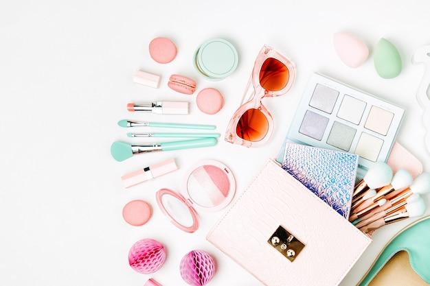 Плоская планировка женских модных аксессуаров, обуви, косметики и сумочки на фоне пастельных тонов. концепция красоты и моды