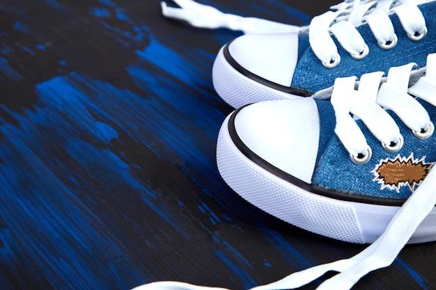 여성 또는 남성 운동화 신발의 평평한 누워