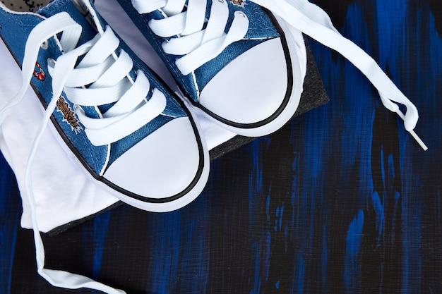 여성 운동화 신발과 티의 평평한 누워