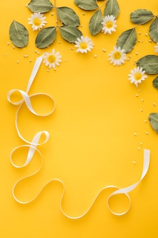 コピースペースと花のコンセプトのフラットレイアウト