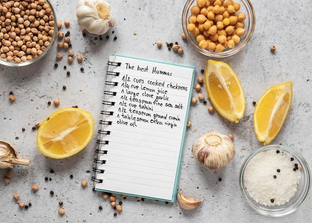 Плоская планировка пищевых ингредиентов с нутом и блокнотом