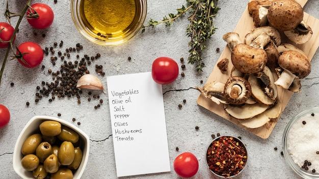 버섯과 채소가 들어간 음식 재료의 평평한 층