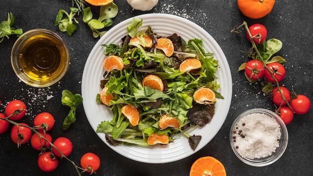 Плоская планировка пищевых ингредиентов с салатом на тарелке