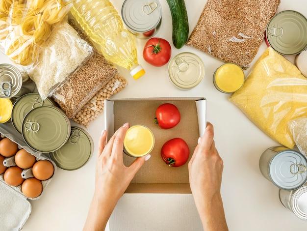 Плоская кладка свежих продуктов для пожертвований с коробкой